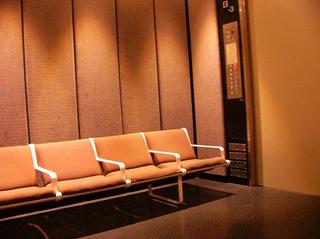 椅子のあるエレベータ.JPG